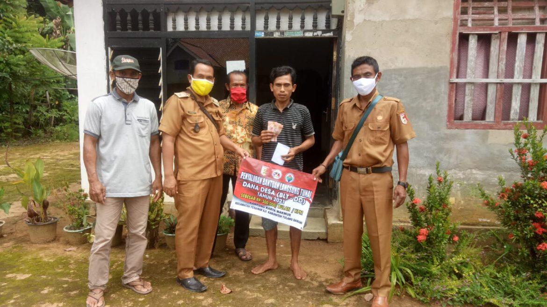 Kepala Kampung Karya Makmur Salurkan BLT-DD Tahap Pertama Secara Door to Door