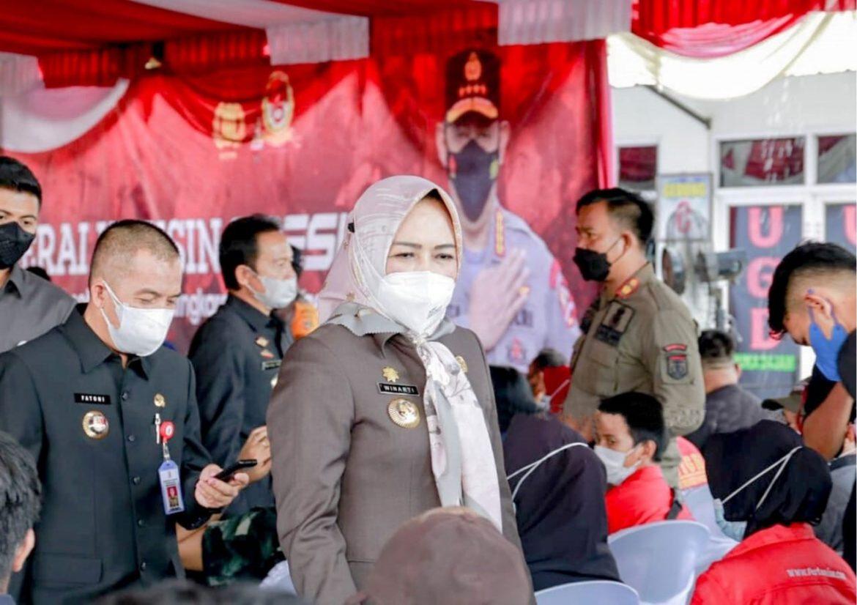 Bupati Tuba Dr. Hj. Winarti, SE., MH. Tinjau Langsung Vaksinasi di Puskesmas Banjar Agung