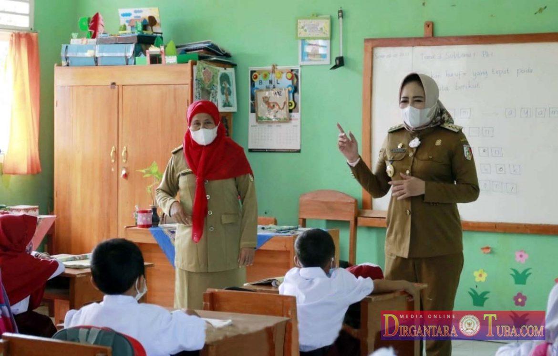 Bupati Tuba Tinjau Hari Pertama Sekolah Tatap Muka Di Sekolah